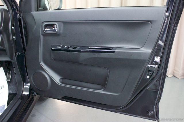 ガラスコーティングで入庫中のスズキアルトワークス新車のドア内張画像