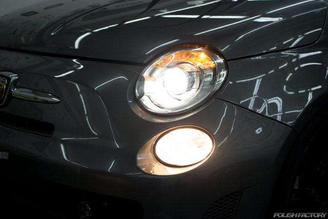 ガラスコーティングで入庫中のアバルト695エディツィオーネ マセラティのライト点灯画像