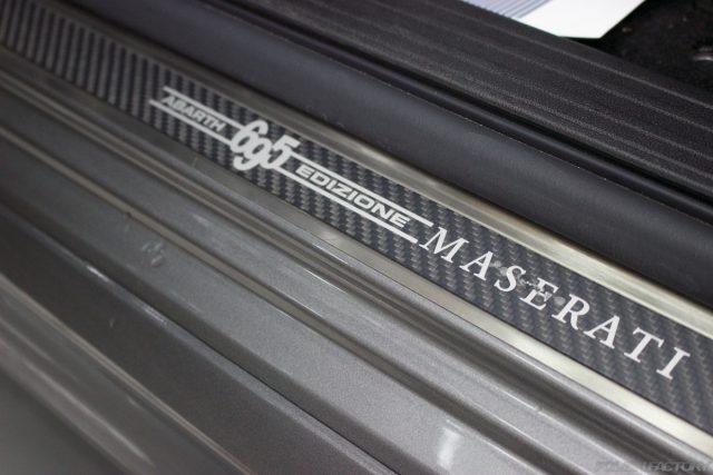 ガラスコーティングで入庫中のアバルト695エディツィオーネ マセラティのスカッフプレート画像