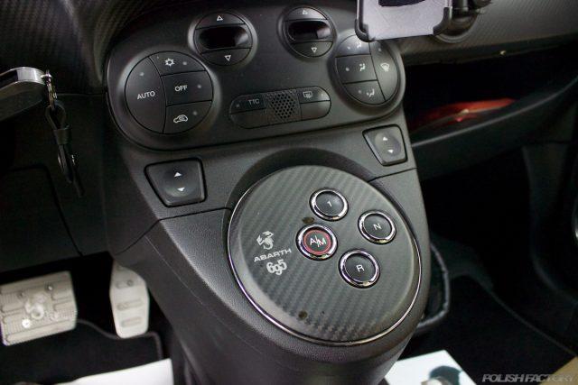ガラスコーティングで入庫中のアバルト695エディツィオーネ マセラティのATモード付き5速シーケンシャルトランスミッション画像