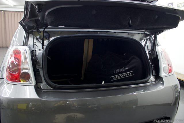 ガラスコーティングで入庫中のアバルト695エディツィオーネ マセラティのトランク画像