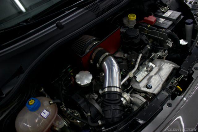 ガラスコーティングで入庫中のアバルト695エディツィオーネ マセラティのエンジン画像