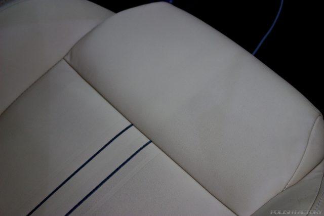 ガラスコーティングで入庫中のアバルト695エディツィオーネ マセラティのシートの汚れ画像