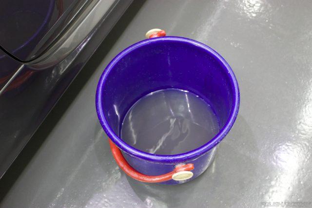 ガラスコーティングで入庫中のアバルト695エディツィオーネ マセラティの室内の汚れ