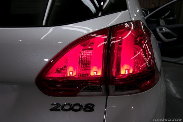 ガラスコーティング施工で入庫中、新車プジョー2008のリアのコンビネーションランプ画像
