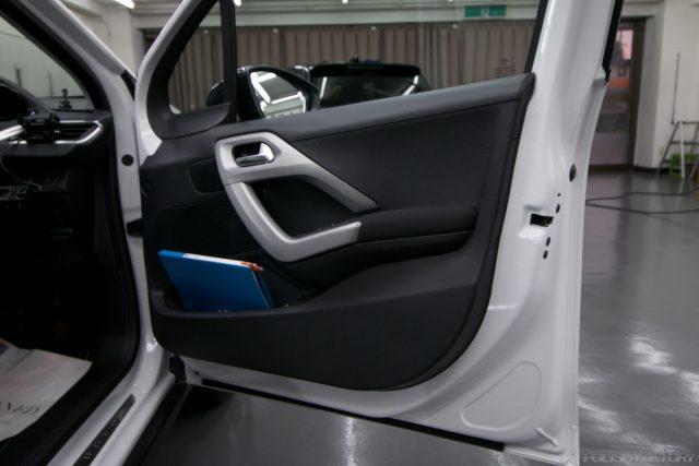 ガラスコーティング施工で入庫中、新車プジョー2008のドア内張