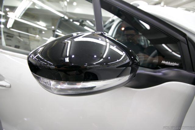 ガラスコーティング施工で入庫中、新車プジョー2008のドアミラー画像