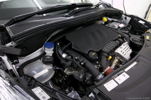 ガラスコーティング施工で入庫中、新車プジョー2008のエンジン画像