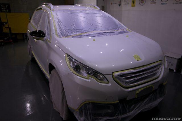 ガラスコーティング施工で入庫中、新車プジョー2008の下地処理中のマスキング画像