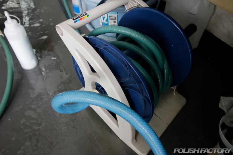 洗車やガーデニングの際に使用する水道ホースリールは出来るだけ紫外線に(屋外で太陽光に)当てないと長持ちします。10年だってへっちゃらです。道具は大事に使いましょう!!道具を大事に使う人は作業も丁寧に決まっています!
