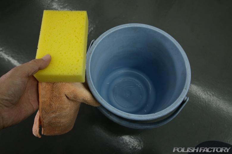 洗車道具、クロス洗車にはマイクロファイバータオル、スポンジ洗車の場合は手のひらサイズの柔らかいスポンジが良いでしょう。平均的なバケツの大きさは8-10リットルタイプですね