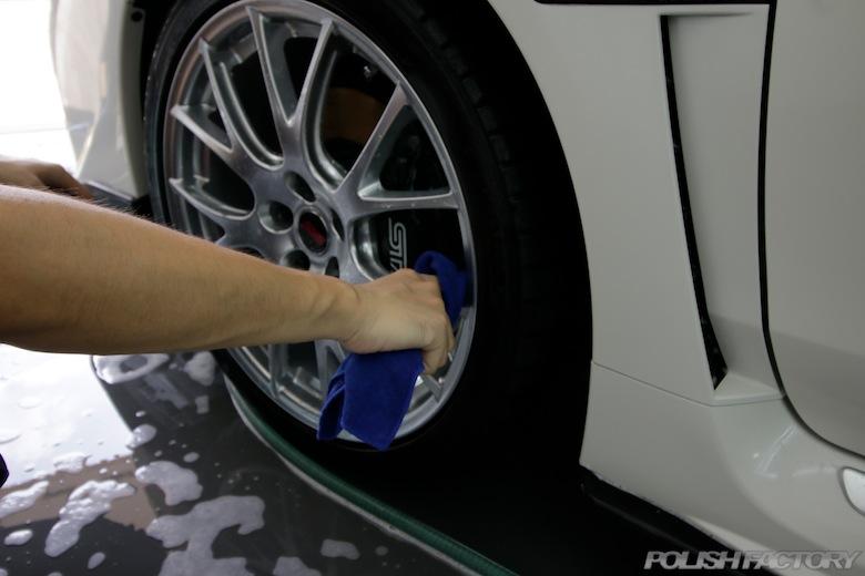 洗車で一番先に洗うのは足元。アルミホイールからです。専用のクロス(マイクロファイバータオル)を作って洗うととても綺麗になります!