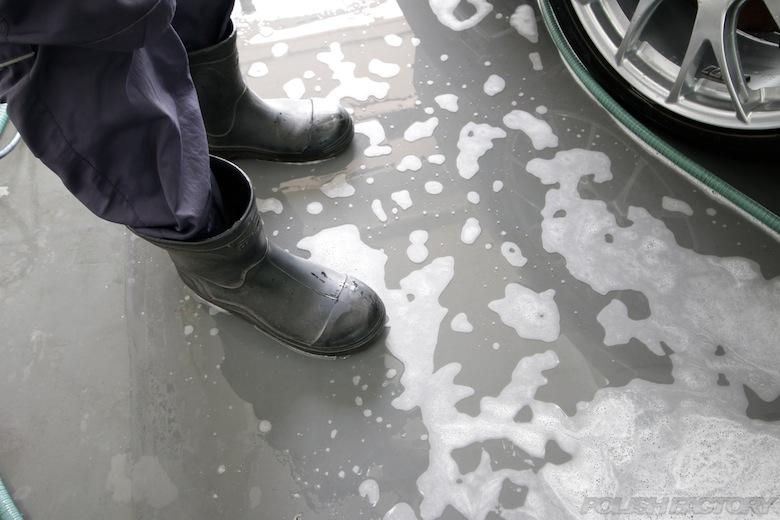 長靴は良く滑りますので、シャンプー洗車の際は注意が必要です。厨房などで使う洗剤などでも滑らない長靴がオススメでーす