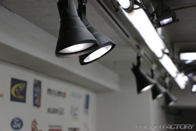 車の塗装を磨くときに使用する各種照明画像 天井からの照明