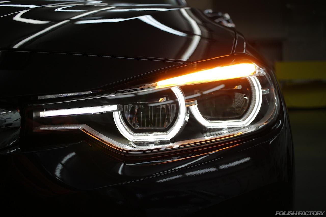 BMW330eのガラスコーティングで入庫中のヘッドライトイカリング画像