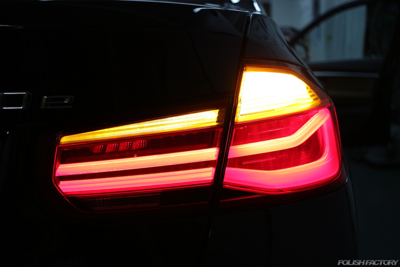 BMW330eのガラスコーティングで入庫中のテールレンズ画像