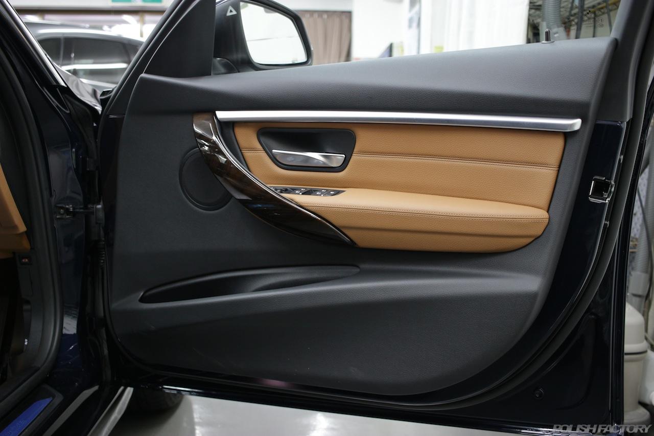 BMW330eのガラスコーティングで入庫中のドア内張の画像