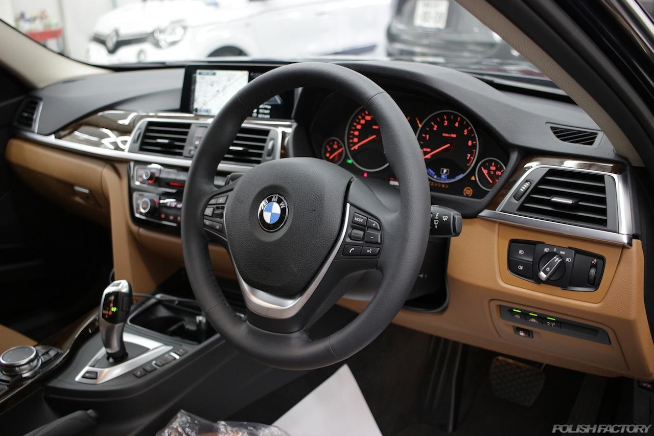 BMW330eのガラスコーティングで入庫中の室内ダッシュボード画像