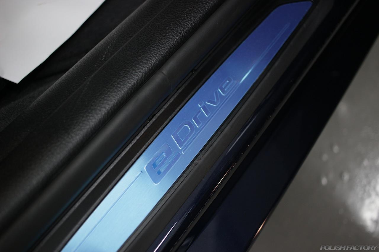 BMW330eのガラスコーティングで入庫中のスカッフプレート画像