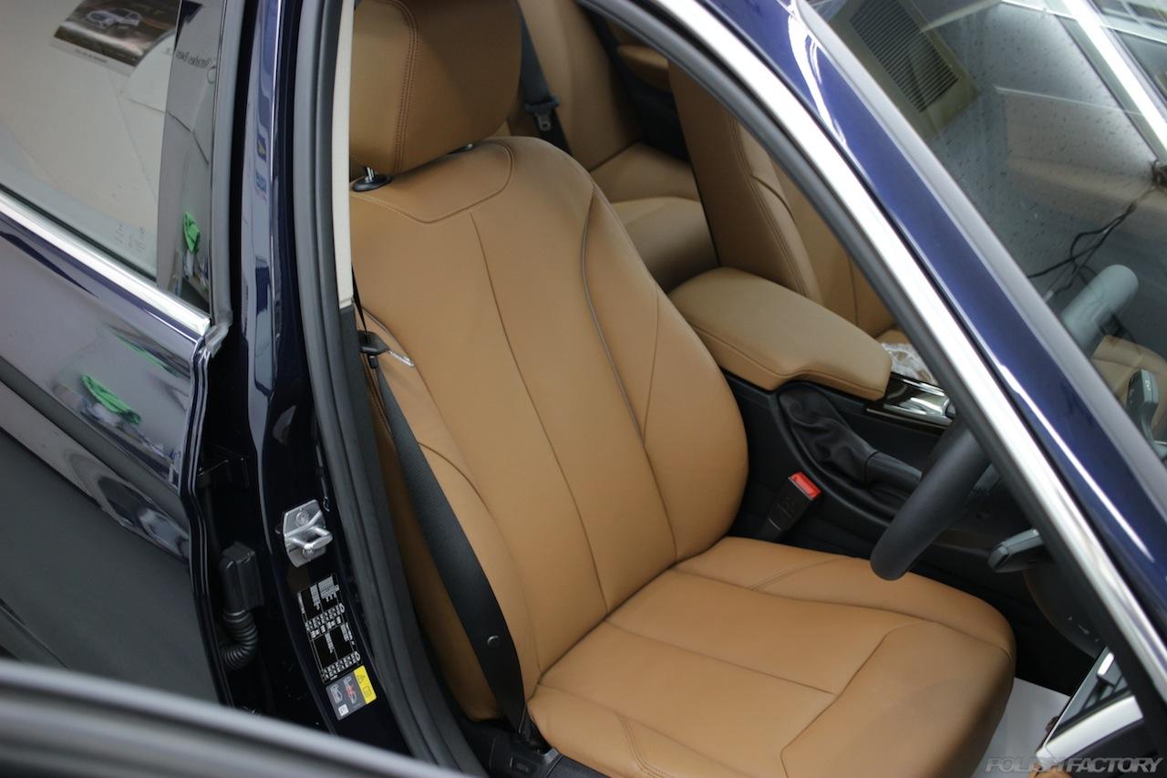 BMW330eのガラスコーティングで入庫中の室内シート画像