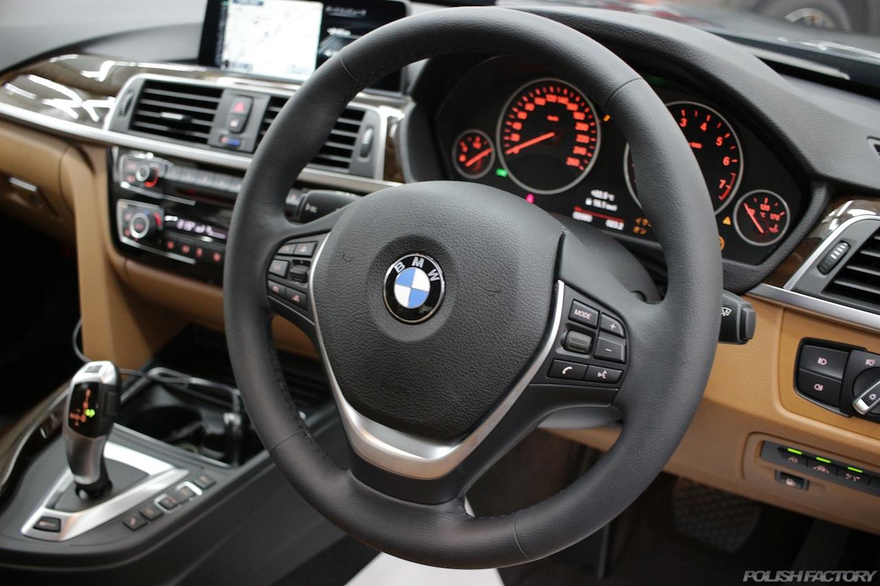 BMW330eのガラスコーティングで入庫中の室内ダッシュボードハンドル等画像