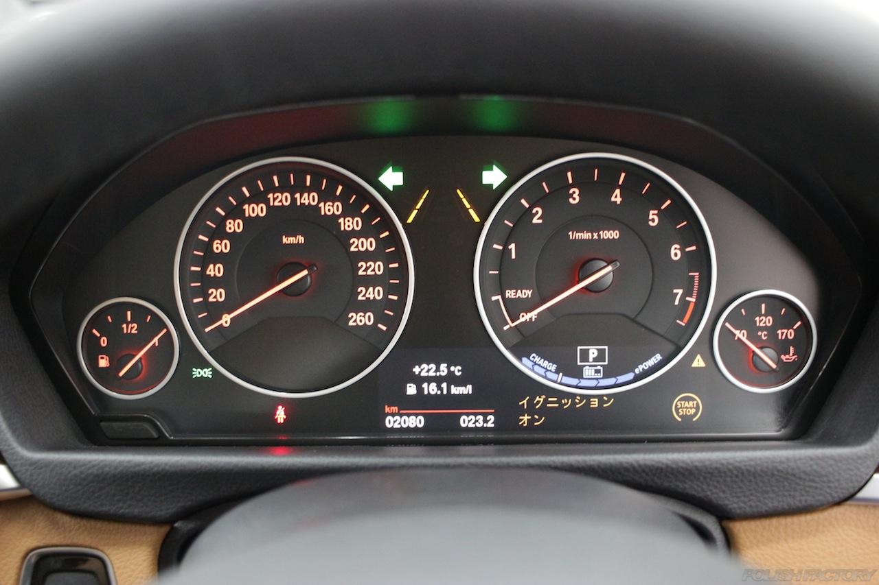 BMW330eのガラスコーティングで入庫中の室内メーター画像