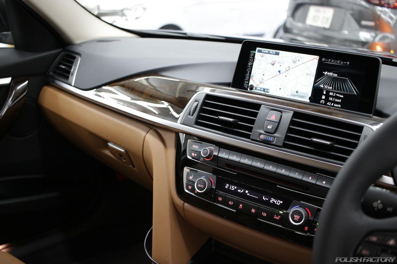 BMW330eのガラスコーティングで入庫中の室内センターコンソール画像