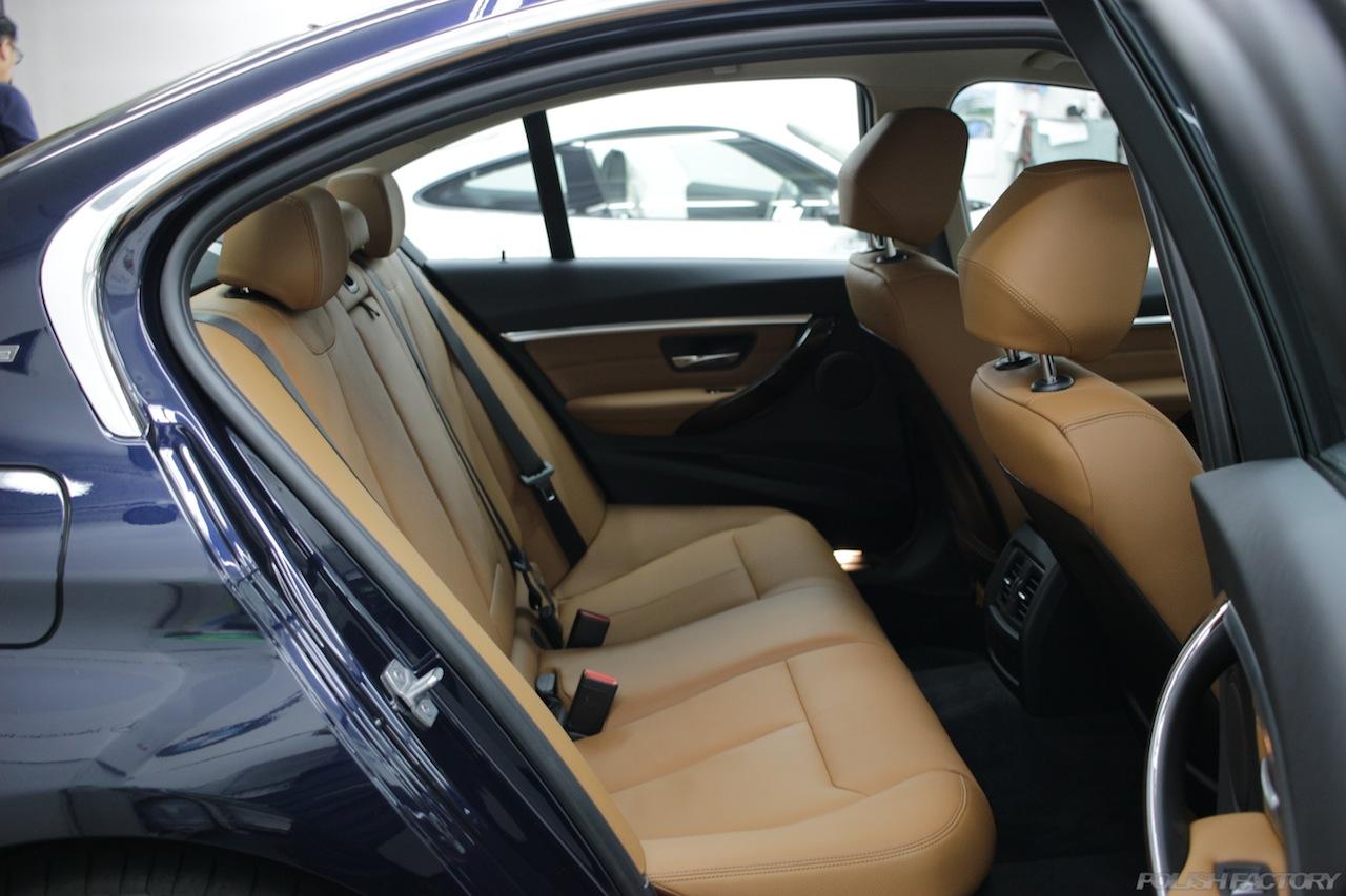 BMW330eのガラスコーティングで入庫中の室内リアシート画像