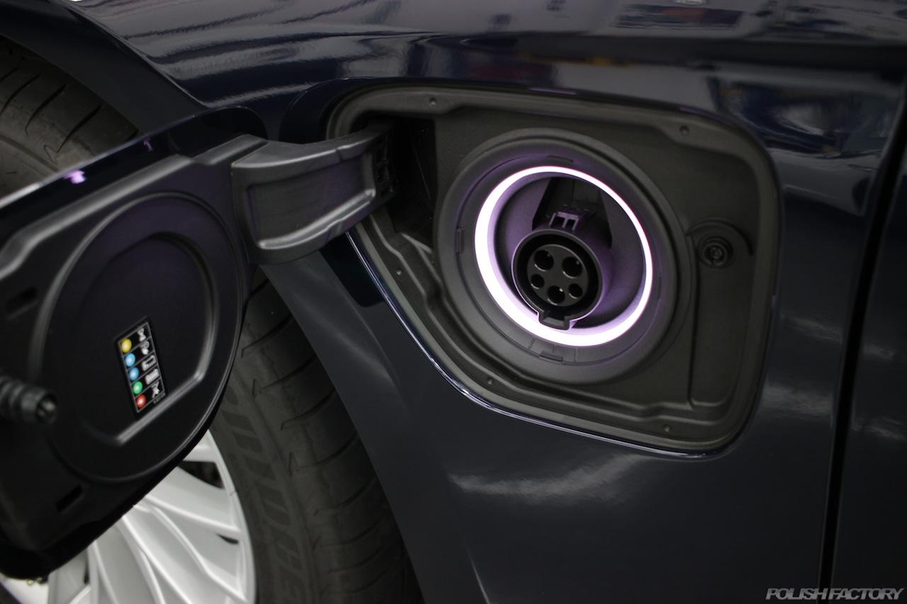 BMW330eのガラスコーティングで入庫中の給電口の画像