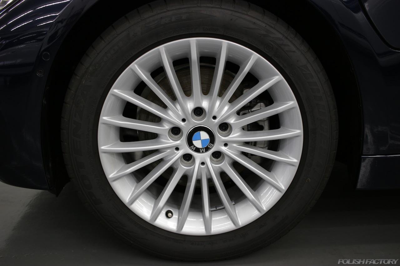 BMW330eのガラスコーティングで入庫中のアルミホイールにコーティング画像