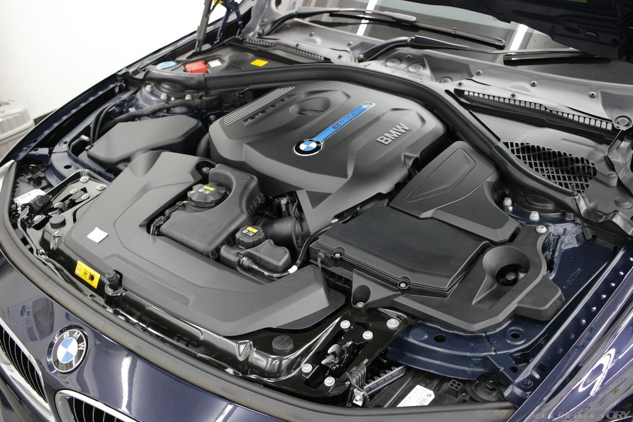 BMW330eのガラスコーティングで入庫中のエンジンルーム画像