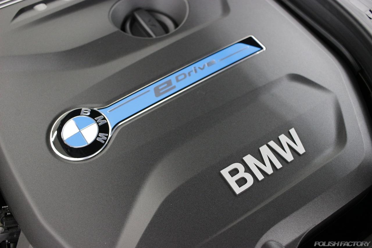 BMW330eのガラスコーティングで入庫中のエンジンルーム黒樹脂カバー画像