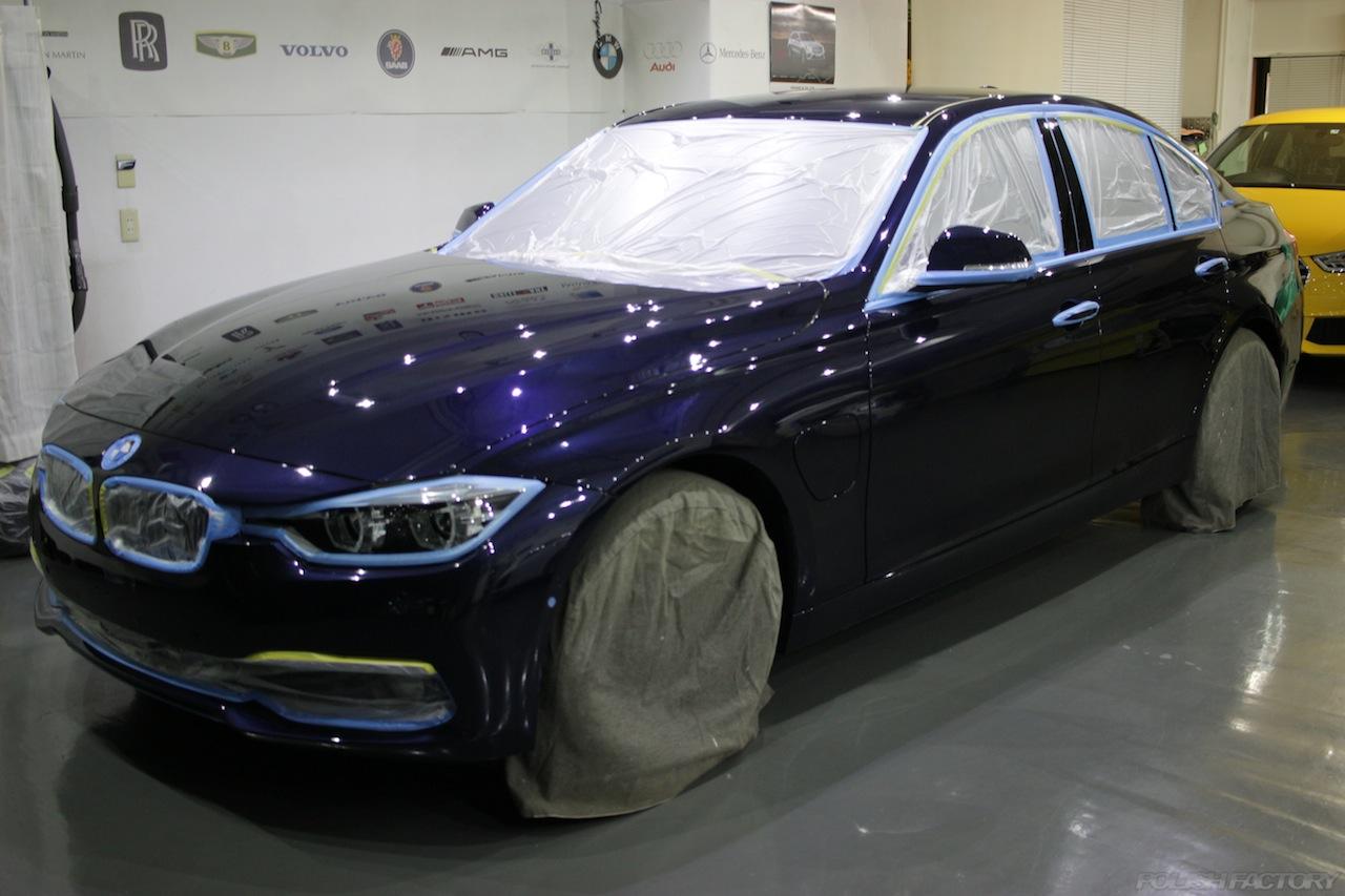 BMW330eのガラスコーティングで入庫中の磨きのマスキング画像