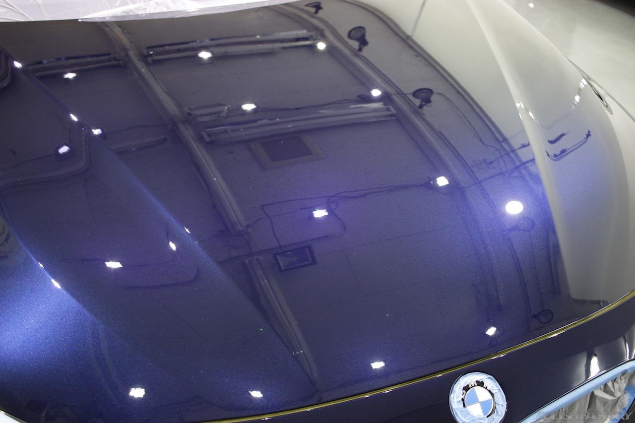 BMW330eのガラスコーティングで入庫中のボンネット磨き下地処理後の画像