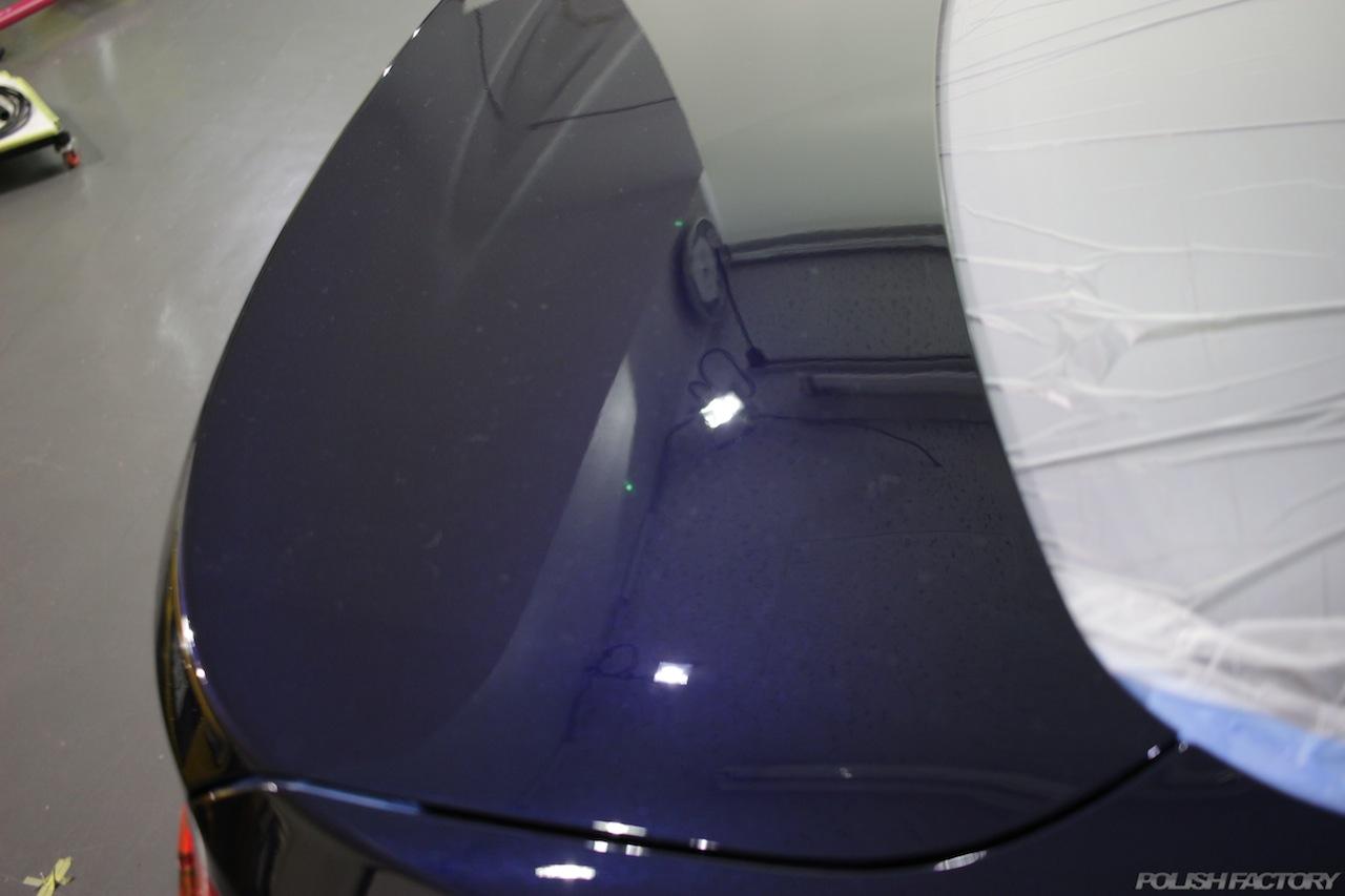 BMW330eのガラスコーティングで入庫中のトランク磨き後の画像