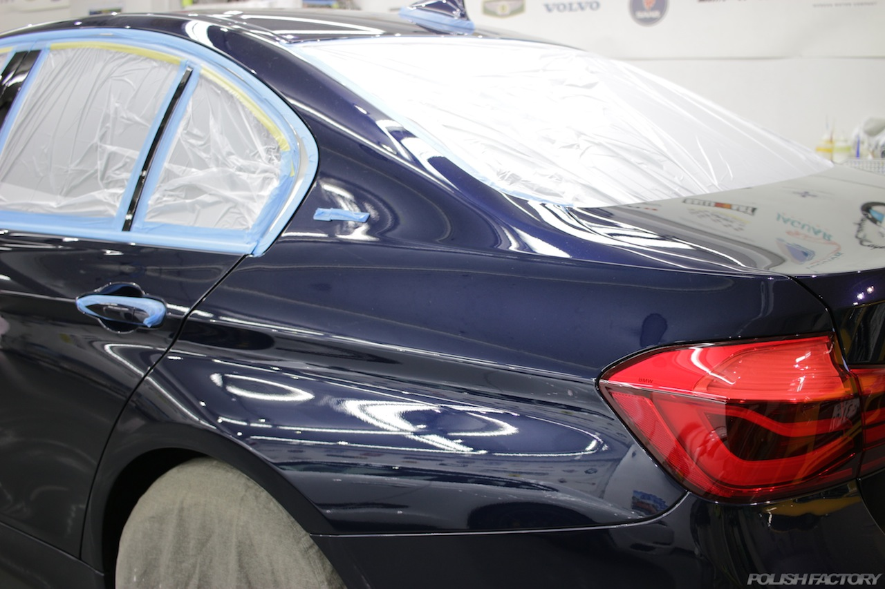 BMW330eのガラスコーティングで入庫中の磨き下地処理後のクォーター部の画像