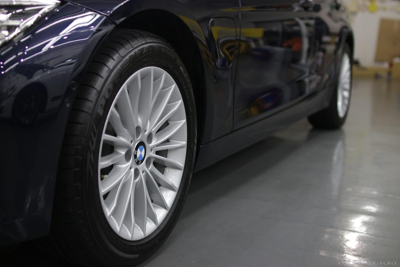 BMW330eのガラスコーティングで入庫中のサイド面、下地処理後の美しい画像