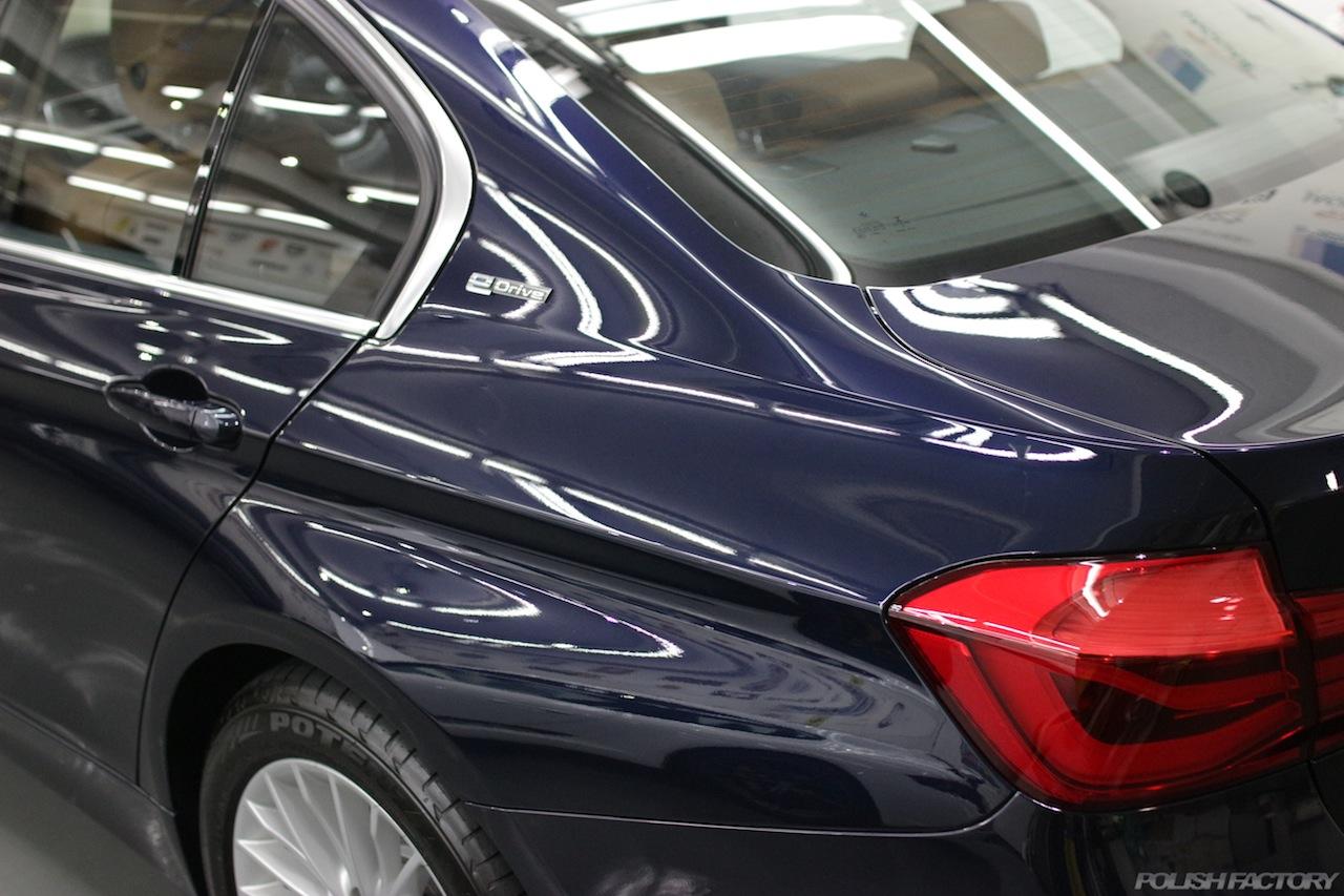 BMW330eのガラスコーティングで入庫中のルーフ部下地処理後が終わりコーティング施工後の美しい画像