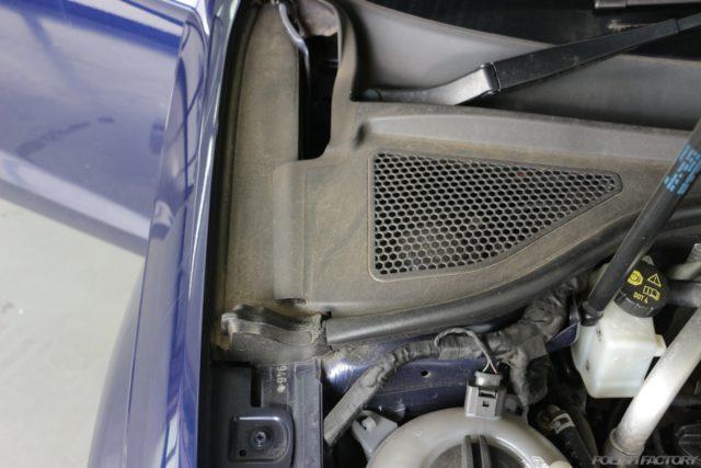 エンジンルームカウルトップ部の汚れ