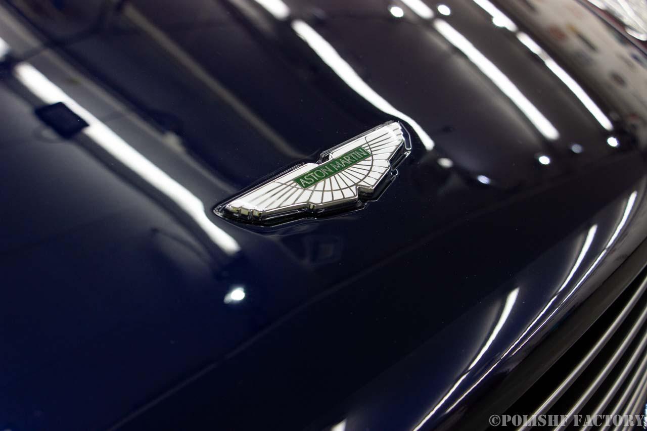 小山薫堂さんの愛車、アストンマーチンのボンネットについているロゴマークの画像