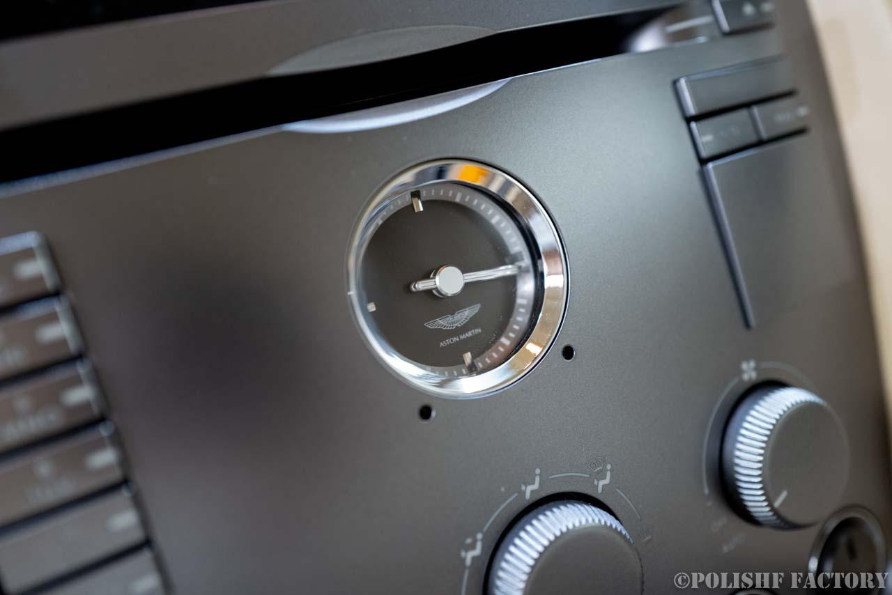 小山薫堂さんの愛車、アストンマーチンのアナログ時計の画像
