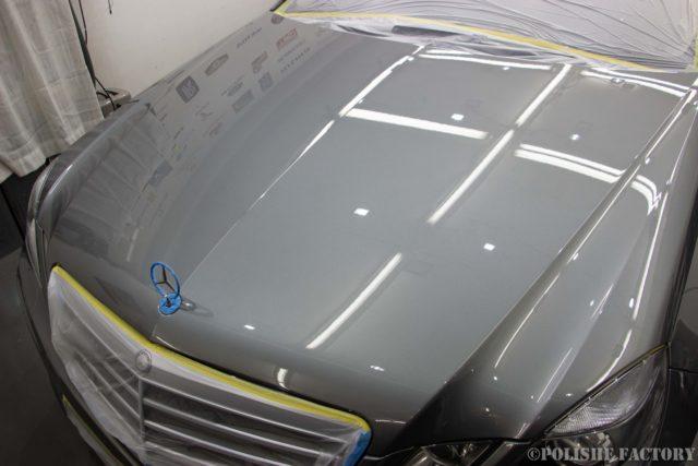 小山薫堂さんの愛車、MercedesBenz E63 AMGステーションワゴンのボンネット磨き後の画像