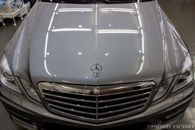 小山薫堂さんの愛車、MercedesBenz E63 AMGステーションワゴンのフロントグリル清掃画像