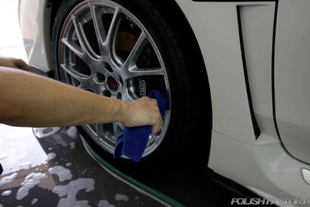アルミホイールを丁寧に手洗い洗車画像