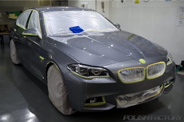 BMW 5シリーズ 535i Mスポーツ F10のガラスコーティング施工途中の写真(右斜め前から)