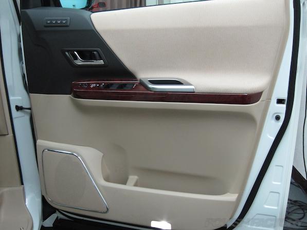 トヨタアルファードにガラスコーティング、ドアの内張り画像