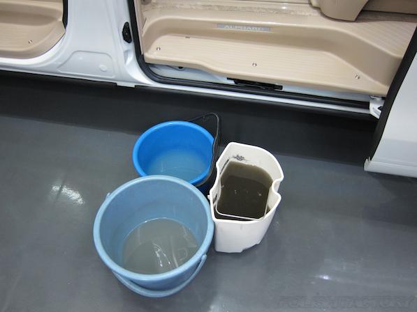 トヨタアルファードにガラスコーティング、室内清掃のあとの汚水画像