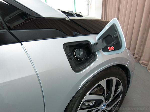 BMW i3 レンジエクステンダー装着車ガラスコーティング施工給油口画像