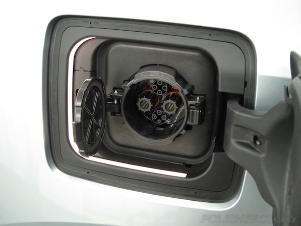 BMW i3 レンジエクステンダー装着車ガラスコーティング施工給電口画像