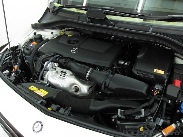 メルセデス・ベンツ B250のガラスコーティング施工時のエンジンルーム画像